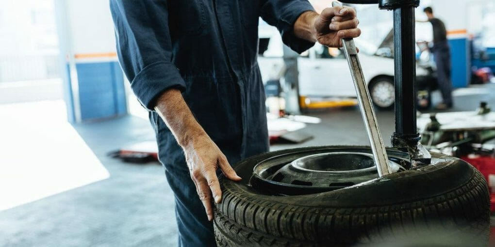 How to Remove a Tire From Rim